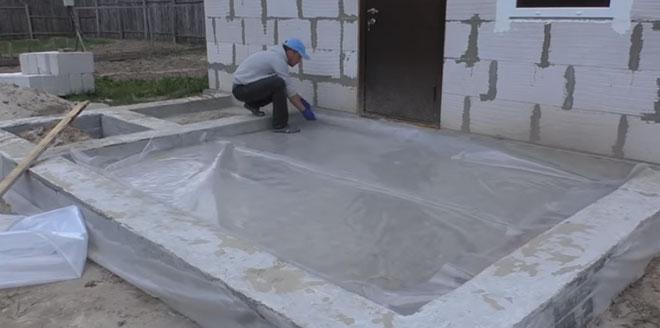 Покрытие грунта полиэтиленовой пленкой